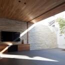石壁の家 -内外の連続性をつくりだす石壁-の写真 中庭と一体となるリビング