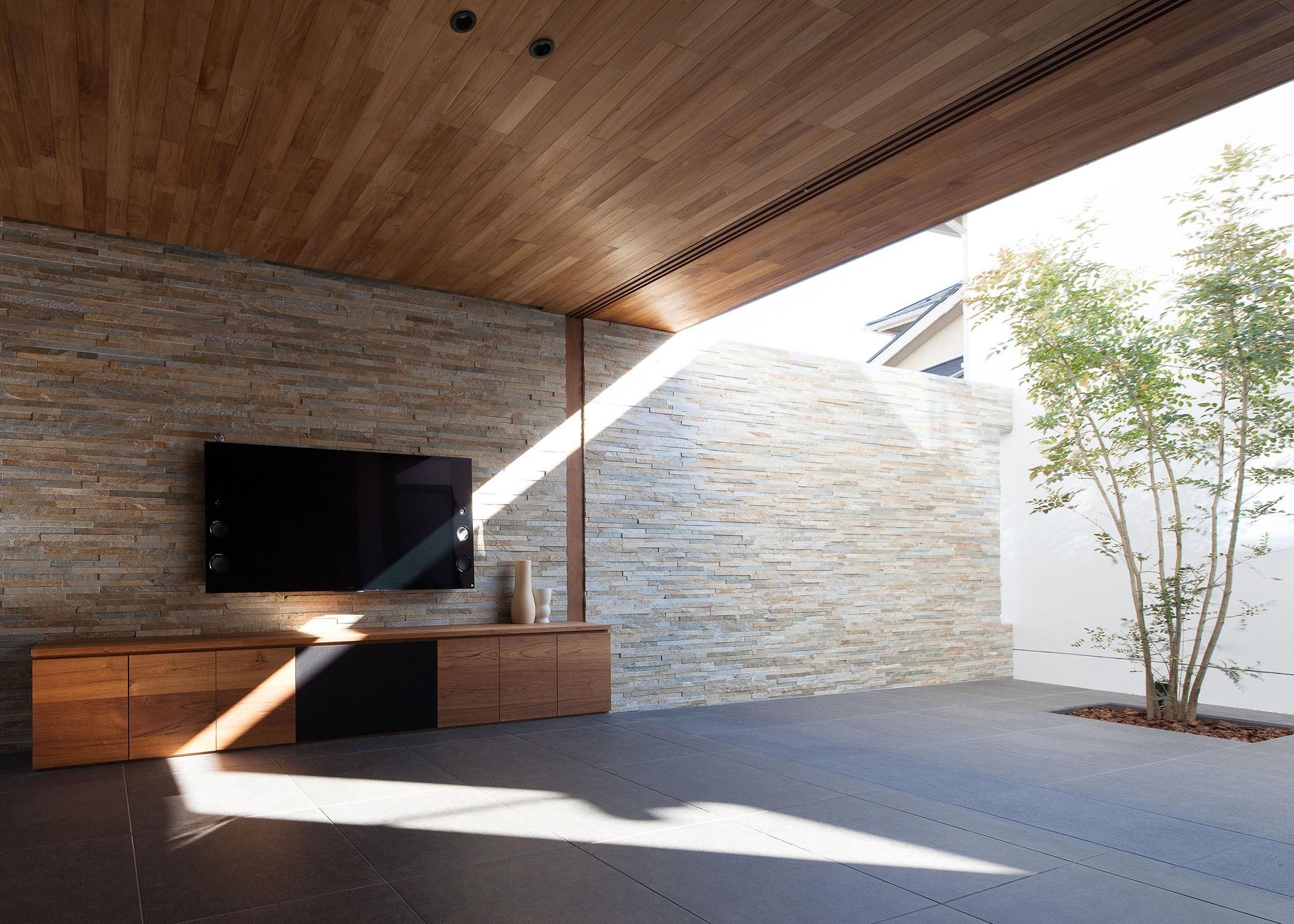 リビングダイニング事例:中庭と一体となるリビング(石壁の家 -内外の連続性をつくりだす石壁-)