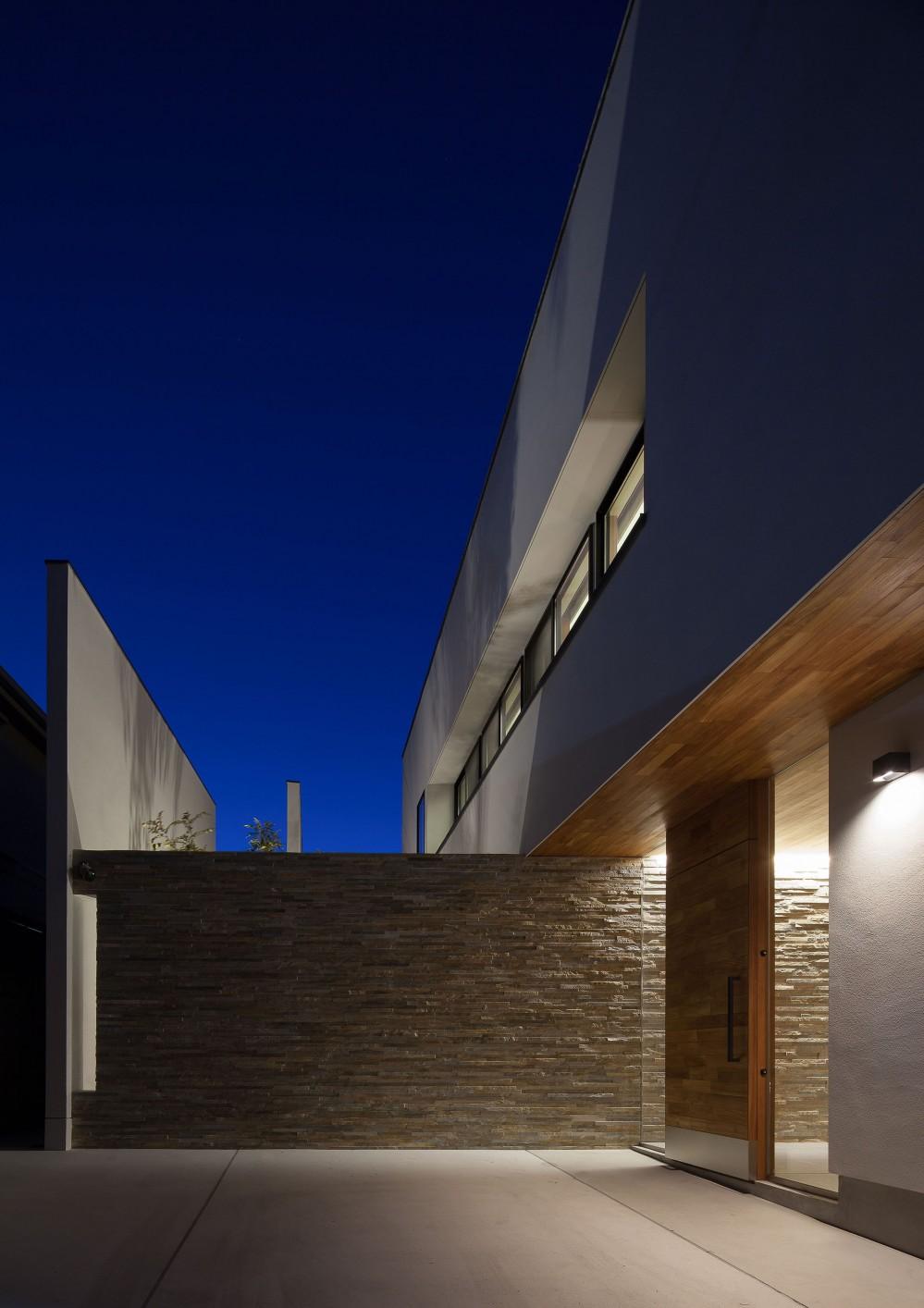 石壁の家 -内外の連続性をつくりだす石壁- (エントランス外観(夜景))