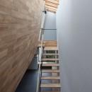 石壁の家 -内外の連続性をつくりだす石壁-の写真 天窓のある吹抜を上る階段