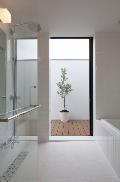 石壁の家 -内外の連続性をつくりだす石壁- (バスコートのある浴室)