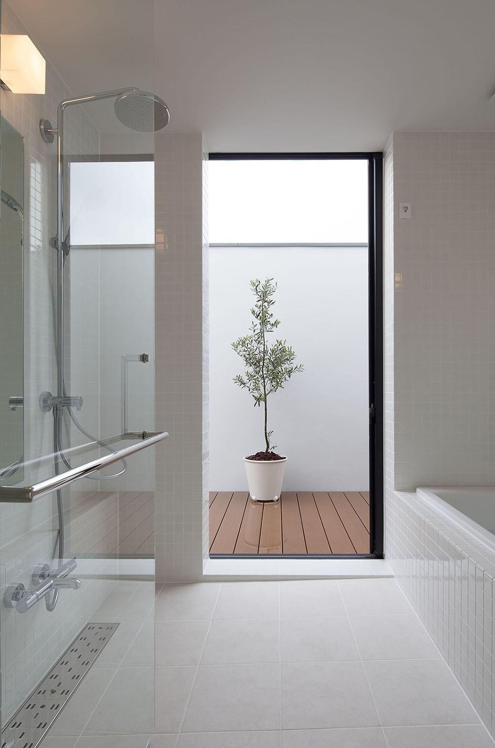 リビングダイニング事例:バスコートのある浴室(石壁の家 -内外の連続性をつくりだす石壁-)