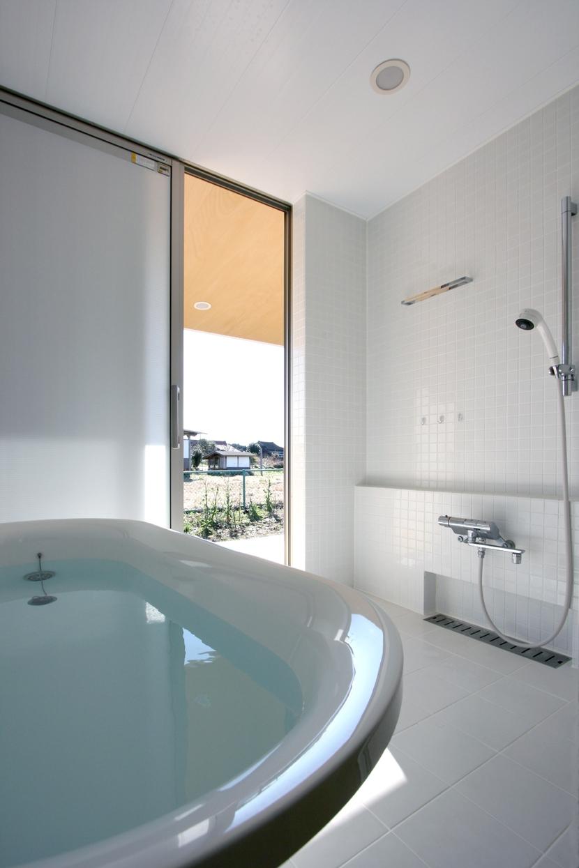 トウモロコシ畑の家の部屋 真っ白な浴室
