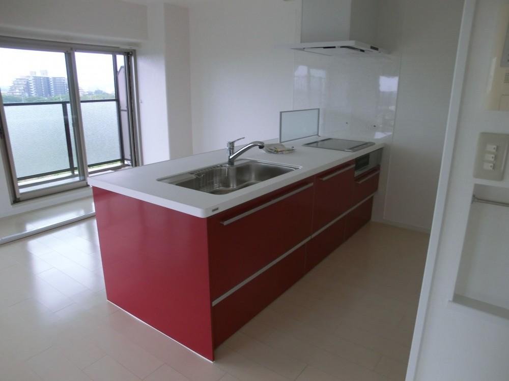 ビビットなカラーのキッチンが中心のマンションリフォーム (キッチン側から)