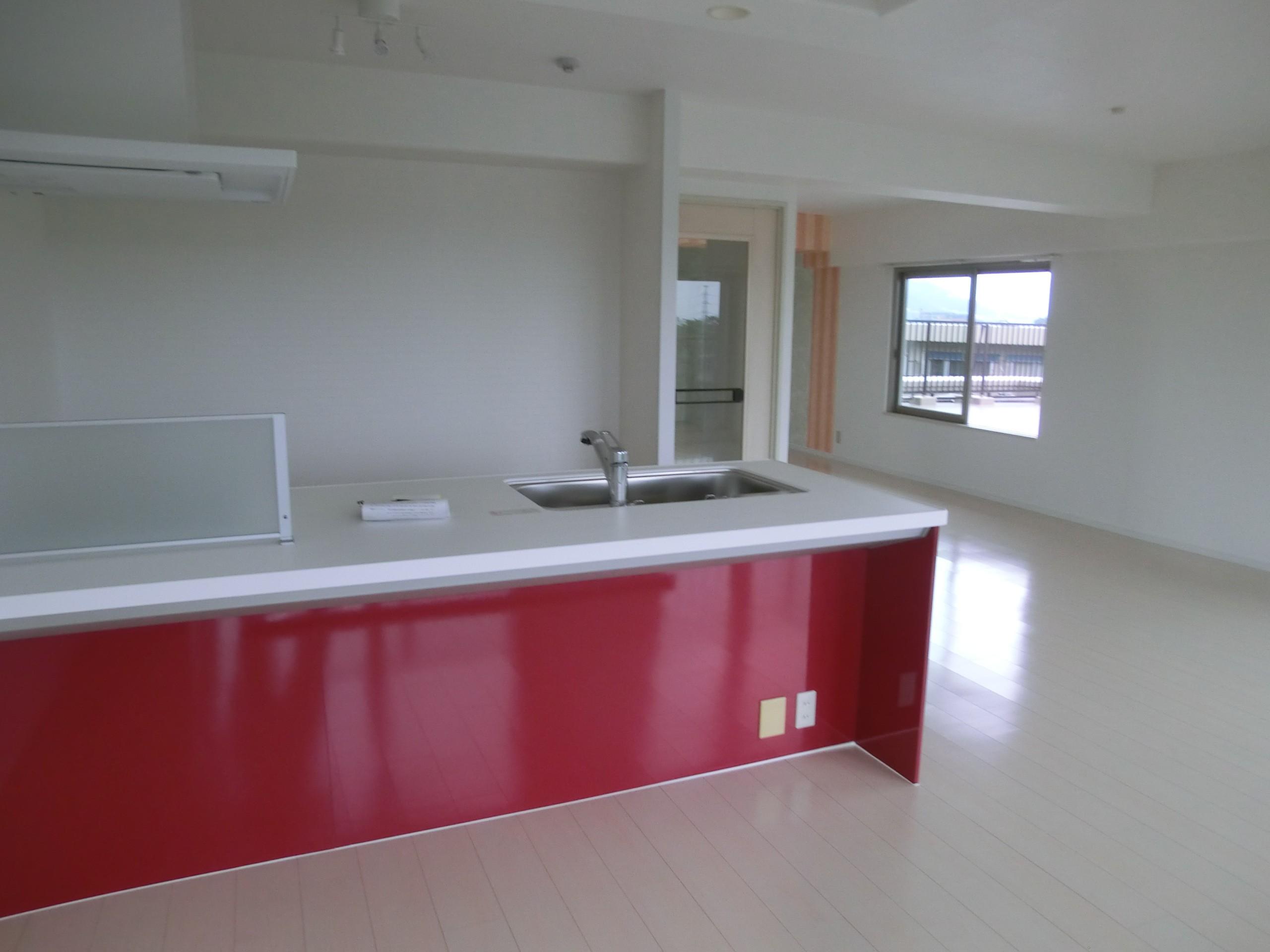 キッチン事例:リビング側から(ビビットなカラーのキッチンが中心のマンションリフォーム)