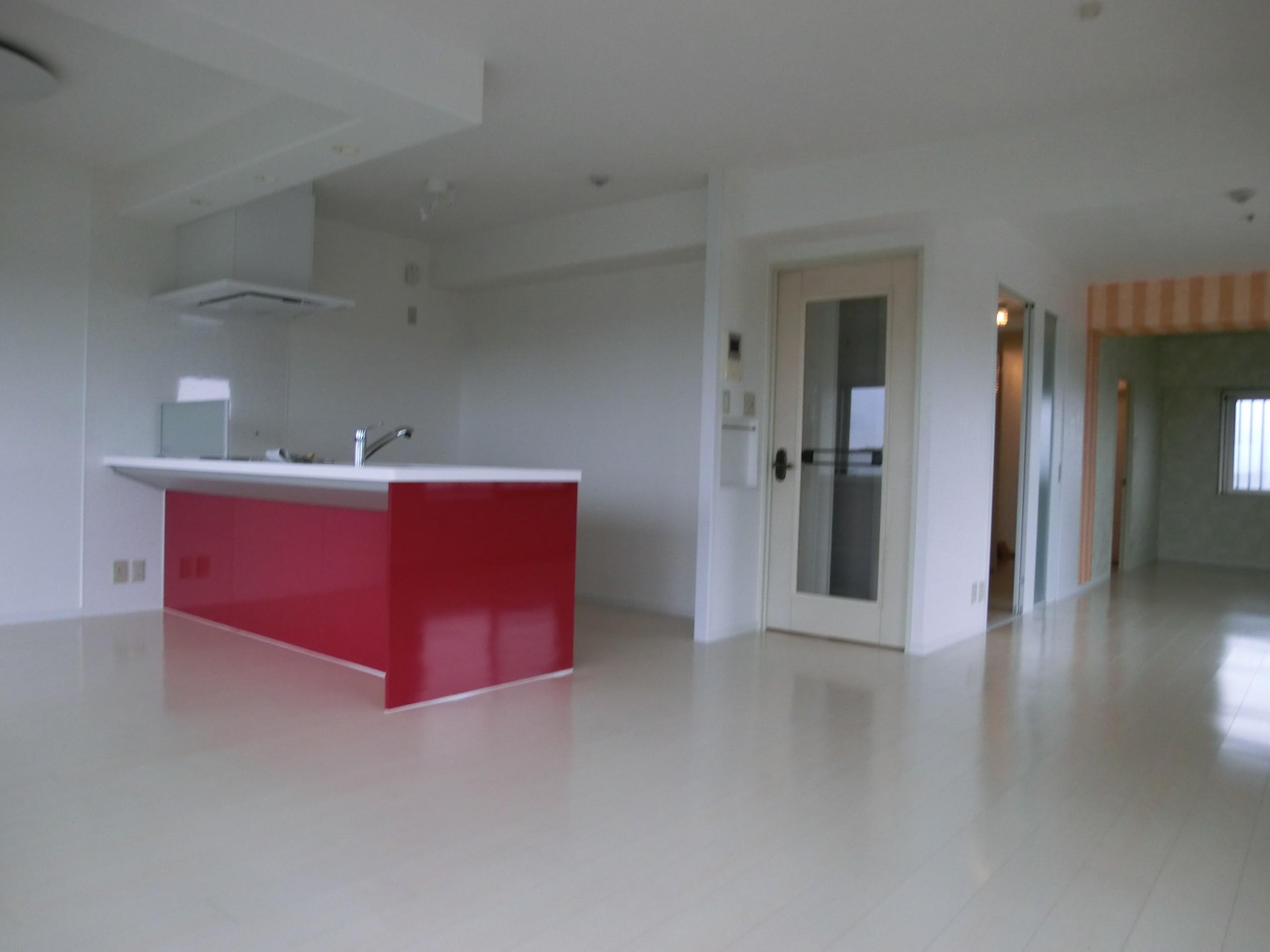 リビングダイニング事例:床材と内装の白にキッチンが映える(ビビットなカラーのキッチンが中心のマンションリフォーム)