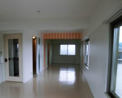 ビビットなカラーのキッチンが中心のマンションリフォーム (明るいリビング空間)