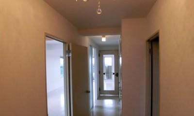 ビビットなカラーのキッチンが中心のマンションリフォーム (シャンデリアと廊下も白で明るい空間に)