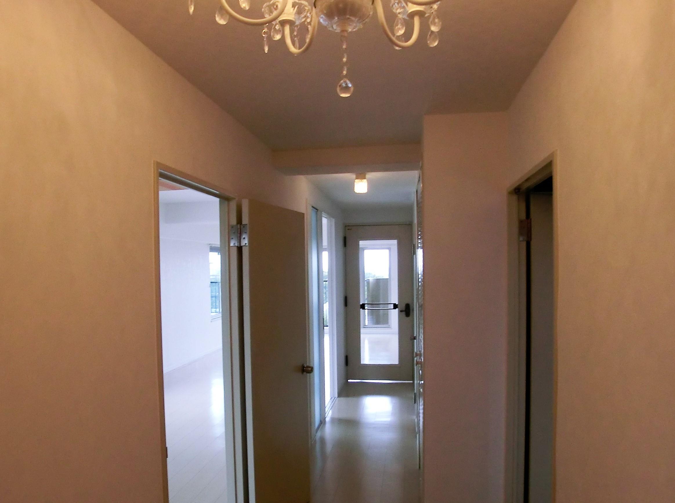 その他事例:シャンデリアと廊下も白で明るい空間に(ビビットなカラーのキッチンが中心のマンションリフォーム)