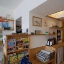 子育て世代。家族が自然と集まるリビングダイニング。の写真 風通しの良い廊下は読書スペースとギャラリースペースに