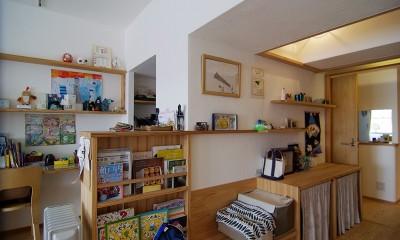 子育て世代。家族が自然と集まるリビングダイニング。 (風通しの良い廊下は読書スペースとギャラリースペースに)