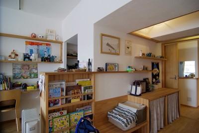 風通しの良い廊下は読書スペースとギャラリースペースに (子育て世代。家族が自然と集まるリビングダイニング。)