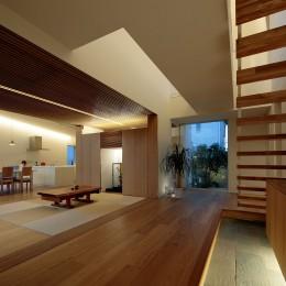 分節と連続の家 (玄関・LDK・和室 夕景)