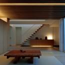 分節と連続の家の写真 玄関・和室 夕景