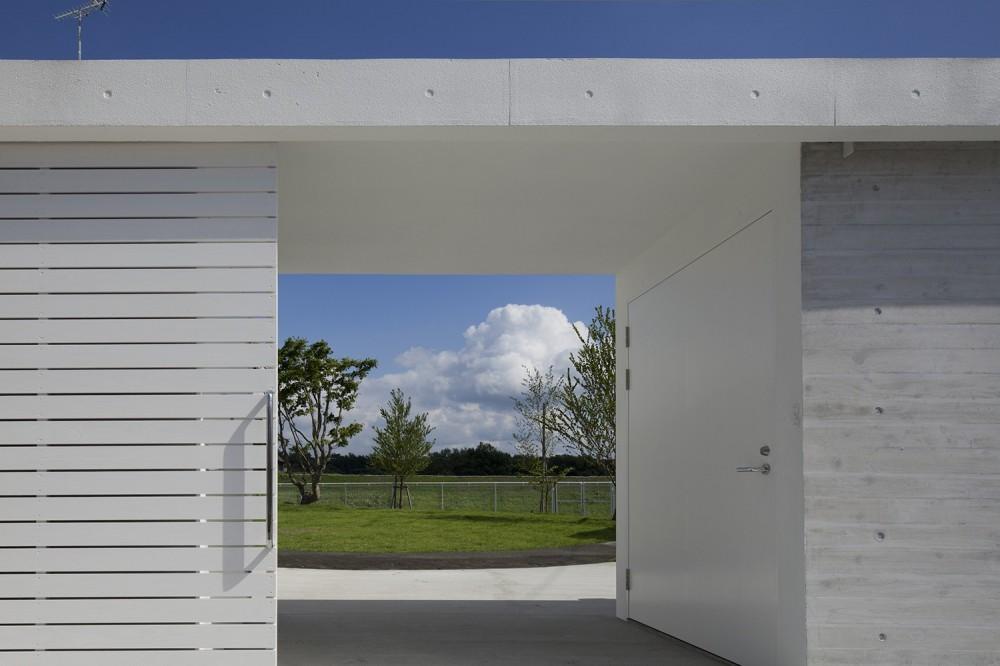 鷹ノ巣の2世帯住宅 (庭へのアプローチ)