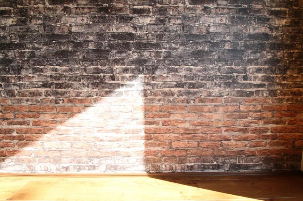 レンガ調のアクセントクロスと収納力抜群の壁面可動棚のLDK部分リノベーション (リビングダイニング)