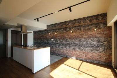 キッチン (レンガ調のアクセントクロスと収納力抜群の壁面可動棚のLDK部分リノベーション)