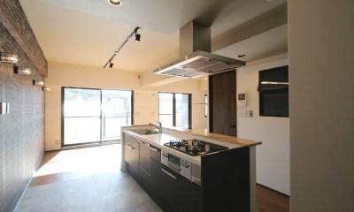 レンガ調のアクセントクロスと収納力抜群の壁面可動棚のLDK部分リノベーション (キッチン)