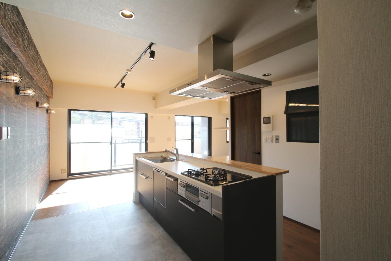 キッチン事例:キッチン(レンガ調のアクセントクロスと収納力抜群の壁面可動棚のLDK部分リノベーション)