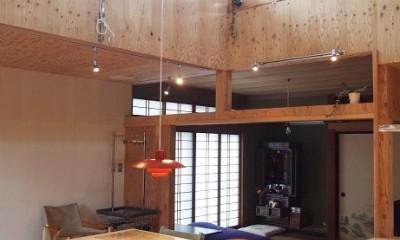 両親が建てた家をリノベして住み継ぐ|Sumire house (吹き抜けのあるダイニング)