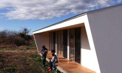 伸びやかな縁側|トウモロコシ畑の家
