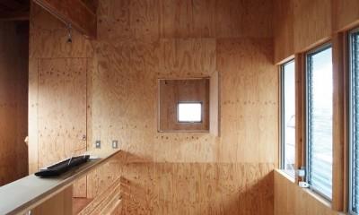両親が建てた家をリノベして住み継ぐ|Sumire house (吹き抜けに面したベッドルーム)
