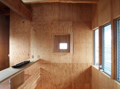 吹き抜けに面したベッドルーム (両親が建てた家をリノベして住み継ぐ|Sumire house)