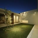 小瀬の家 平屋のコートハウスの写真 中庭 夕景
