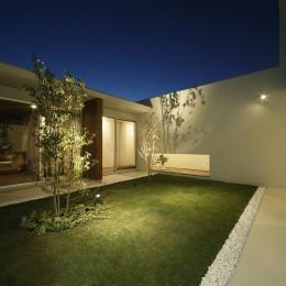 小瀬の家 平屋のコートハウス (中庭 夕景)