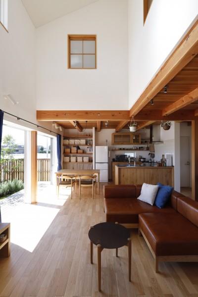 リビング吹抜け (緑あふれる癒しの家~アンティークやグリーンが映えるカフェのような家~)