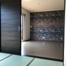 カジュアルモダンな2世帯の家の写真 1階 和室〜リビング