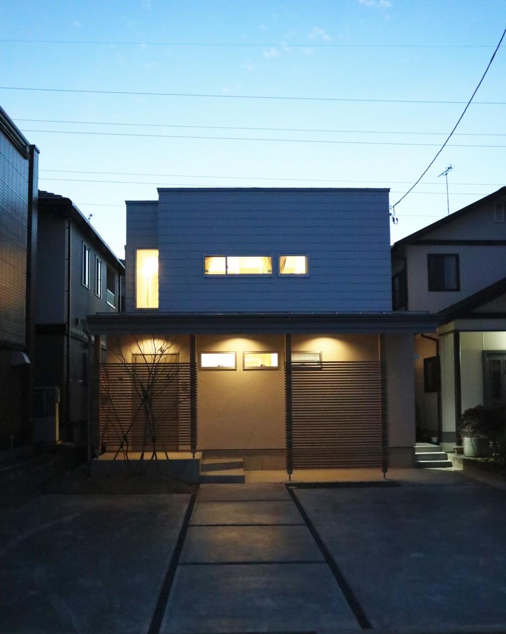 斜光の家 (外観ファサード夜景)