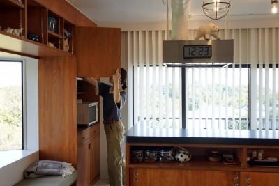明るく気持ちのよいオープンキッチン (シンプルに暮らせる。ヴィンテージスタイルの家)