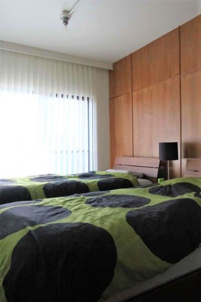 コンパクトな主寝室 (シンプルに暮らせる。ヴィンテージスタイルの家)