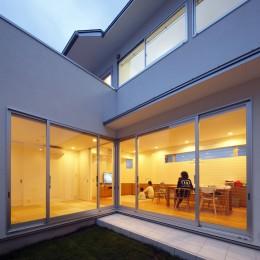 ダイヤモンドカットの家 – 働く覚悟と白いダイヤモンド – (中庭からリビングを見る。)