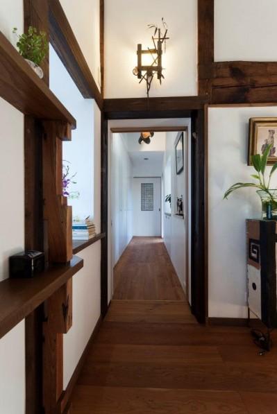 廊下 (古民家移築のゲストルームを住宅に/歴梁)