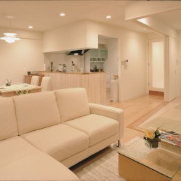 岡崎のマンション – 斜めに切り取られた和室が空間の可能性を広げる – (リビングよりキッチンを見る)