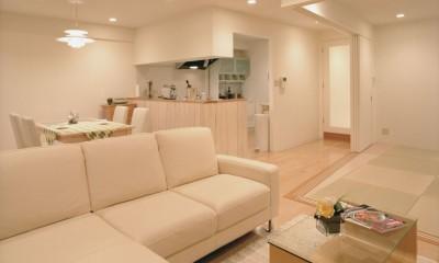 リビングよりキッチンを見る 岡崎のマンション – 斜めに切り取られた和室が空間の可能性を広げる –