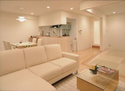 リビングよりキッチンを見る (岡崎のマンション – 斜めに切り取られた和室が空間の可能性を広げる –)