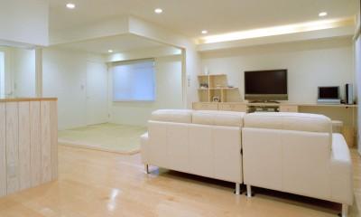 ダイニングからリビングと和室を見る|岡崎のマンション – 斜めに切り取られた和室が空間の可能性を広げる –