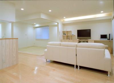 岡崎のマンション – 斜めに切り取られた和室が空間の可能性を広げる – (ダイニングからリビングと和室を見る)
