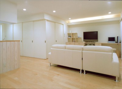 岡崎のマンション – 斜めに切り取られた和室が空間の可能性を広げる – (ダイニングからリビングを見る。和室は閉じる)
