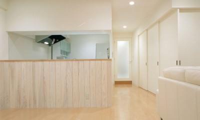 岡崎のマンション – 斜めに切り取られた和室が空間の可能性を広げる – (ダイニングよりキッチンと廊下方向を見る)