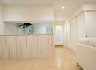 ダイニングよりキッチンと廊下方向を見る (岡崎のマンション – 斜めに切り取られた和室が空間の可能性を広げる –)