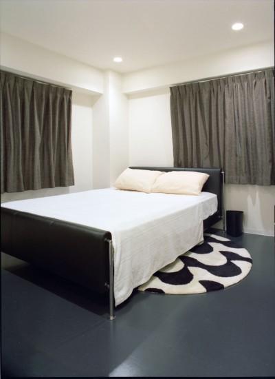 寝室 (岡崎のマンション – 斜めに切り取られた和室が空間の可能性を広げる –)