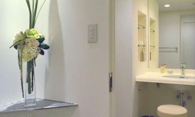 岡崎のマンション – 斜めに切り取られた和室が空間の可能性を広げる – (廊下から洗面所をみる)