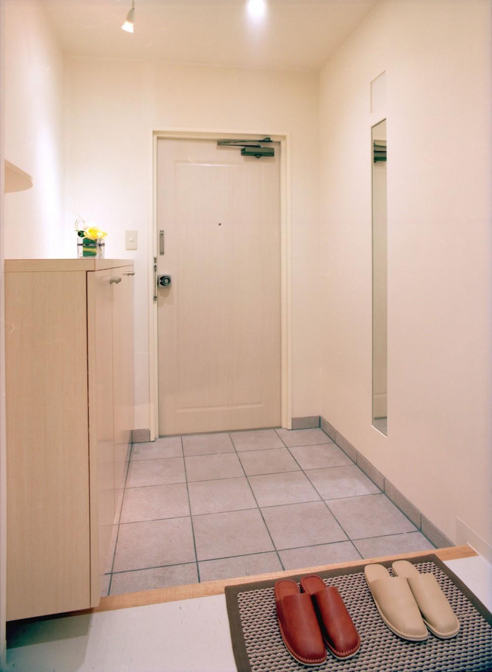 岡崎のマンション – 斜めに切り取られた和室が空間の可能性を広げる – (玄関)
