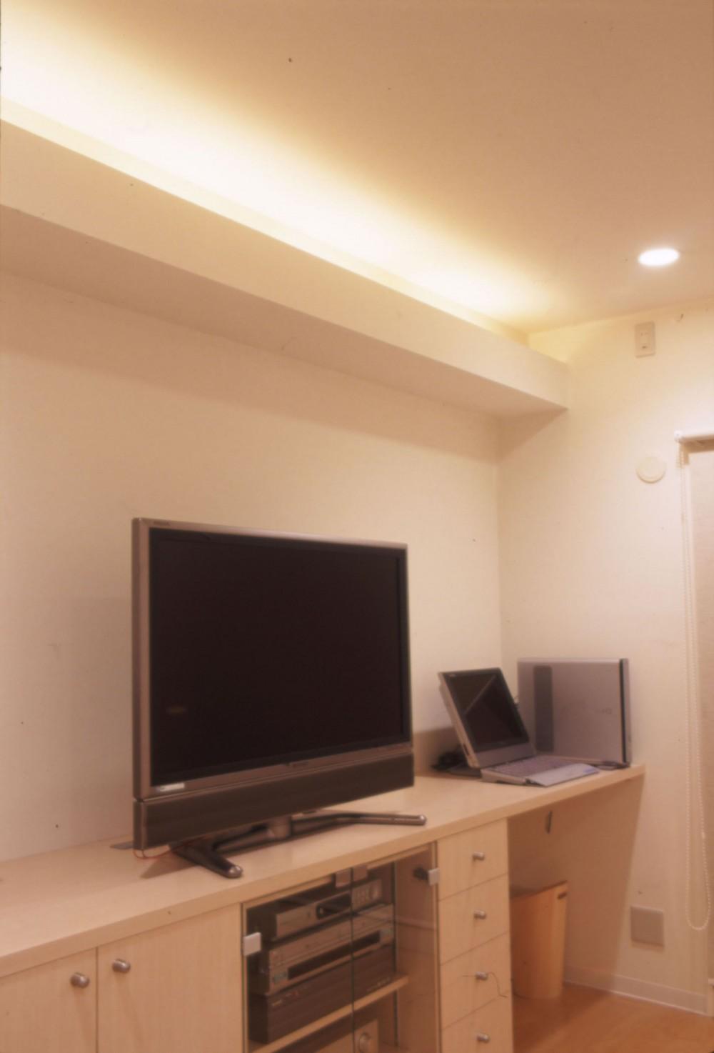 岡崎のマンション – 斜めに切り取られた和室が空間の可能性を広げる – (リビング造作家具。間接照明)