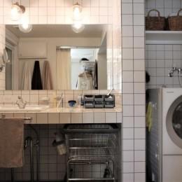 シンプルに暮らせる。ヴィンテージスタイルの家 (ホテルライクな造作の洗面台)
