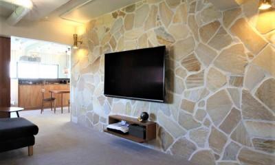 石張りの壁が印象的なリビングスペース|シンプルに暮せる。ヴィンテージスタイルの家